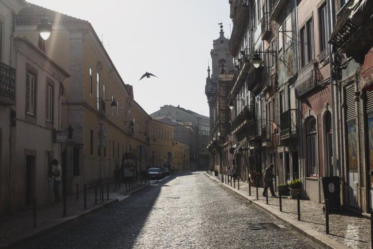 a bird flies through a quiet street 當已經拍攝好影片或完成mv拍攝,那就剩下後續處理階段, 與拍攝一樣,此步驟,需要將創造力和技術知識很好的結合在一起。 並且在本文中,透過在下面提供的簡單提示, 認識影片剪輯技巧及基礎的應用知識, 將幫助影片在編輯過程中,變得更加輕鬆和高效率。 即便內容只是初學部分,但在如何對所有視頻剪輯進行編輯, 也是可以幫助編輯時間減少一半,並最終獲得更好的結果。