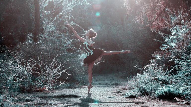 ballet pose 1725207 1920 攝影鏡位訣竅,是任何mv影片及微電影誕生的基礎, 有了會說故事的方法,才能將各式各樣的敘事內容完美的呈現。 電影創作是集合了多種藝術表現形式;影像、配樂、背景...等 , 在明白基礎知識是關鍵後,那拍影片最重要的就是視覺效果, 所以如何活用基本鏡位,更是首要。 訣竅內容將傳述: ●使用不同的鏡頭或鏡頭設置來幫助講述您的故事 ●使用廣角鏡進行手持拍攝,狹窄的空間和生動的視角 ●使用更長的鏡頭和較大的光圈來模糊背景 ●拍攝時不要變焦