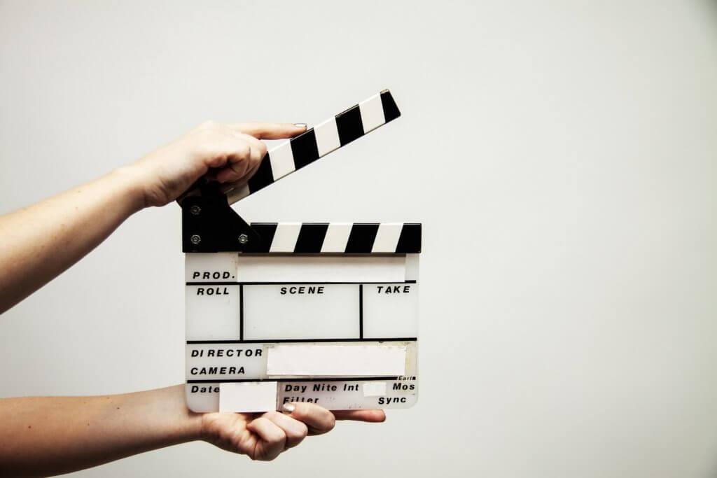 video production 4223885 1920 在很多的廣告微電影及Youtubemv拍攝甚至到大螢幕的電影, 使用一鏡到底又稱『長鏡頭』攝影,在攝影鏡位裡常給觀眾會帶來深刻的印象。 而在許多商業廣告視頻中,應用舞蹈搭配音樂,一鏡到底拍攝,的確使人更目不轉睛的讚嘆感, 這也是長鏡頭在廣告視頻中廣泛應用的原因之一。 融合了多種基楚拍攝鏡頭以及手法,是個考驗團隊的大難題, 加上要一鏡不NG的拍攝流暢又不突兀、使故事情節和鏡頭,達到無縫銜接的效果。 以下介紹幾點不妨採用看看,來嘗試能達到簡化版的一鏡到底拍攝呢? 其中最廣為人知的長鏡頭電影作品『鳥人』更是代表作之一, 鳥人作者認為:「當你早上醒來開始一天的生活,那種感受並不是零碎的, 那是一種連續的行為,從床上起來直到走進衛生間,類似這種。」 代表著生活是連續的,也許不加剪輯更能夠幫助觀眾沉浸到片中那種情緒節拍裡。