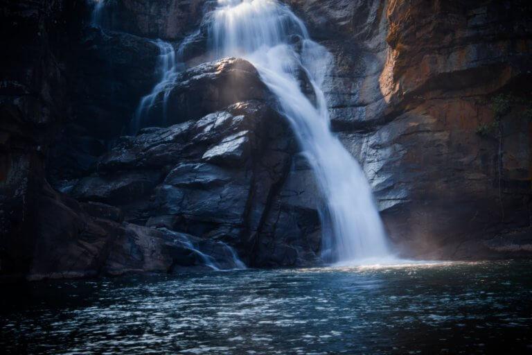 a waterfall over rocks into the lake below 所有的活動拍攝如何捕獲光由三個組成曝光三角形的變量決定。 什麼是曝光三角形?如何使用其三個設置中的每一個來捕獲圖像? 在本文中,將深入研究創建圖像曝光的三個要點, 這邊還將查看一個曝光三角圖, 可以將其保存為參考方便創建自己所設想的圖像。