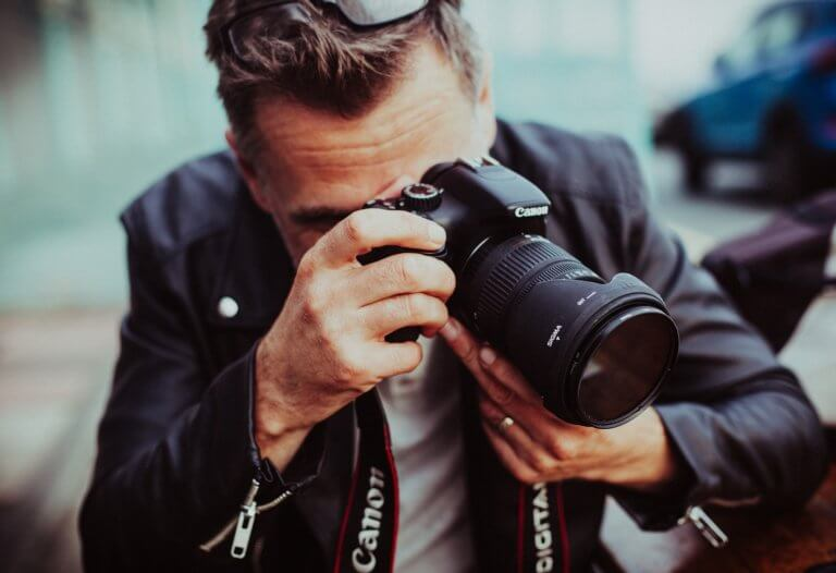 adult 1867699 1920 鏡頭的工作原理:光進入鏡頭,並通過不同的玻璃陰影稱『鏡片元素』。 而元素在視覺上使光線彎曲或折射, 光線會在鏡片後的一點匯聚成像,這個點被稱為「焦點」, 而凸透鏡的中心點與焦點的距離則稱為「焦距」。 每個鏡頭的焦距以mm(毫米)為單位。 透過了解鏡頭,簡單認識幾個相機鏡頭指南, 也能幫助在購買或租用時該如何找到適合鏡頭的原因。 本文將介紹鏡頭的基本類型, 但許多鏡頭可以同時是兩種不同的類型。 例如: 定焦鏡頭也可以是標準鏡頭。 變焦鏡頭也可以是平焦鏡頭。 長焦鏡頭也可以是遠攝鏡頭。