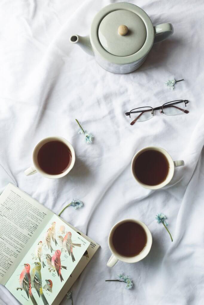 "bird book and tea time Instagram當中有著很多主題的風格照片攝影,如:家庭日常的食物攝影,穿搭日常...等, 那麼今天來聊聊貼近自己私生活的寫真吧! 首先,考慮私下拍東西的時候,""是否有喜歡東西"",有愛好或者想把它變成愛好的事物""。 以這樣的基礎是相當重要的,如果沒有喜愛的成分,拍攝個人生活的延伸會有點令人生畏。 仔細思考一下生活中的自己喜歡怎麼的生活方式,及室內的裝飾及佈置, 想想自己喜歡的生活方式。 拍攝方式: 1.保持房間整潔是最首要的,創造一個讓自己想拍照的環境 2.自己製作出2.3個最喜歡的內部區域 3.製作可用於拍攝當中的配件及物品,襯托效果"