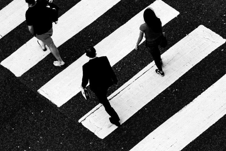 black and white crosswalk 對比跟對稱攝影一樣,在我們的生活中無處不在, 如:令人垂涎的餐點攝影、還是自然界的美麗花草、新鮮蔬果甚至動物身上的纹路...等, 而透過強烈的對比拍攝,不管是在Instagram圖片還是Youtube影片都更容易給人留下深刻的印象。 在本文中,將研究色調對比和色彩對比之間的區別, 另外還分析曝光在高對比度圖像中的作用, 最終,了解可用於創建自己的獨特,高對比度照片的技術。