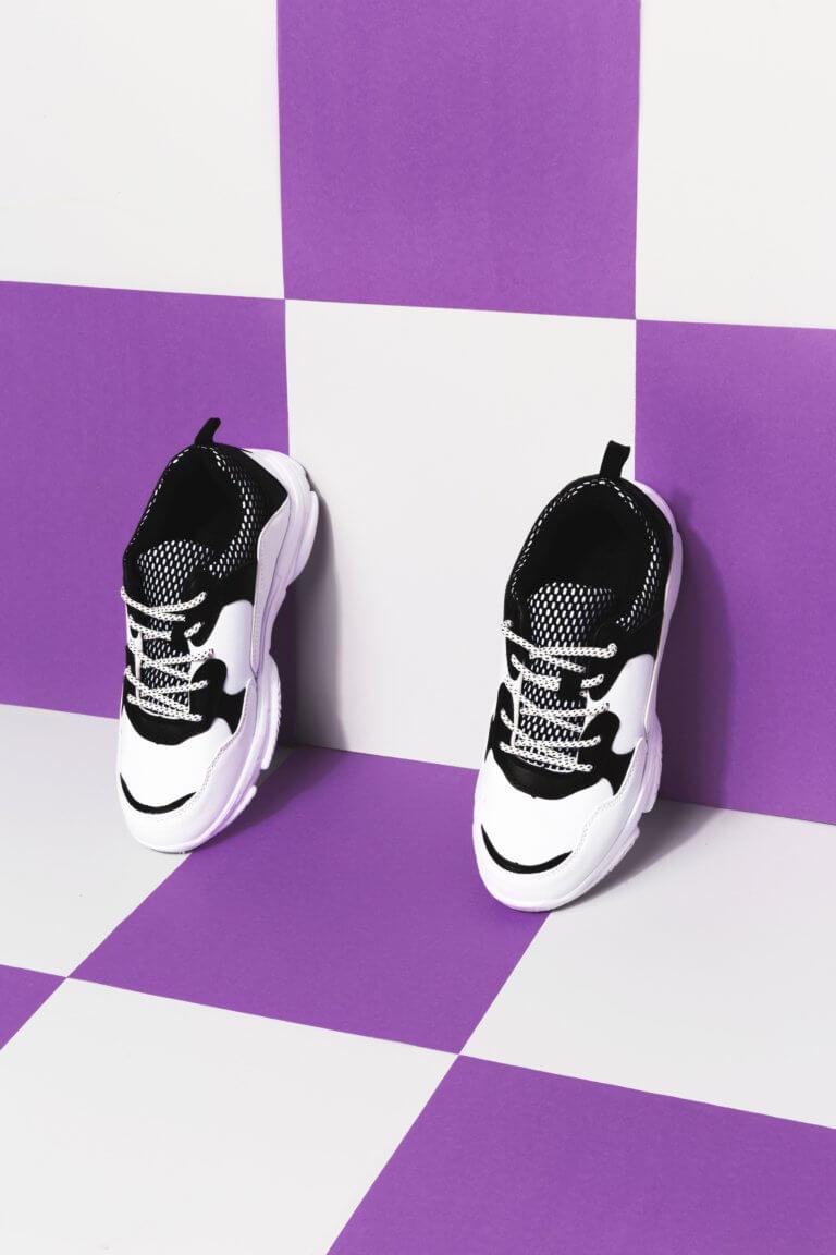 black and white sneakers against purple and white 對比跟對稱攝影一樣,在我們的生活中無處不在, 如:令人垂涎的餐點攝影、還是自然界的美麗花草、新鮮蔬果甚至動物身上的纹路...等, 而透過強烈的對比拍攝,不管是在Instagram圖片還是Youtube影片都更容易給人留下深刻的印象。 在本文中,將研究色調對比和色彩對比之間的區別, 另外還分析曝光在高對比度圖像中的作用, 最終,了解可用於創建自己的獨特,高對比度照片的技術。
