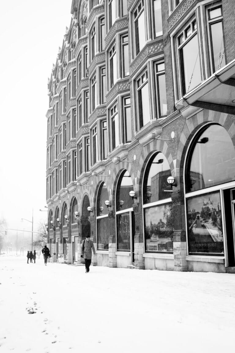 black and white winter downtown 1 對比跟對稱攝影一樣,在我們的生活中無處不在, 如:令人垂涎的餐點攝影、還是自然界的美麗花草、新鮮蔬果甚至動物身上的纹路...等, 而透過強烈的對比拍攝,不管是在Instagram圖片還是Youtube影片都更容易給人留下深刻的印象。 在本文中,將研究色調對比和色彩對比之間的區別, 另外還分析曝光在高對比度圖像中的作用, 最終,了解可用於創建自己的獨特,高對比度照片的技術。