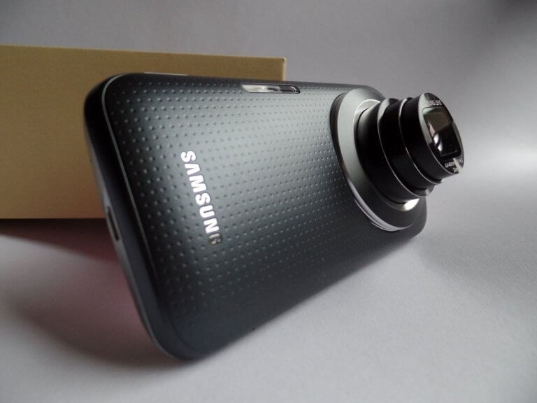 camera phone 588793 1920 鏡頭的工作原理:光進入鏡頭,並通過不同的玻璃陰影稱『鏡片元素』。 而元素在視覺上使光線彎曲或折射, 光線會在鏡片後的一點匯聚成像,這個點被稱為「焦點」, 而凸透鏡的中心點與焦點的距離則稱為「焦距」。 每個鏡頭的焦距以mm(毫米)為單位。 透過了解鏡頭,簡單認識幾個相機鏡頭指南, 也能幫助在購買或租用時該如何找到適合鏡頭的原因。 本文將介紹鏡頭的基本類型, 但許多鏡頭可以同時是兩種不同的類型。 例如: 定焦鏡頭也可以是標準鏡頭。 變焦鏡頭也可以是平焦鏡頭。 長焦鏡頭也可以是遠攝鏡頭。