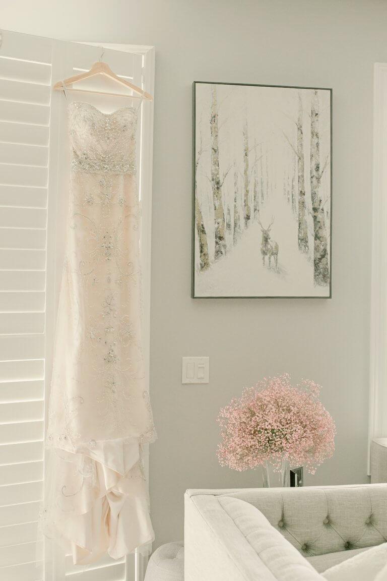 "fancy embroidered dress on display Instagram當中有著很多主題的風格照片攝影,如:家庭日常的食物攝影,穿搭日常...等, 那麼今天來聊聊貼近自己私生活的寫真吧! 首先,考慮私下拍東西的時候,""是否有喜歡東西"",有愛好或者想把它變成愛好的事物""。 以這樣的基礎是相當重要的,如果沒有喜愛的成分,拍攝個人生活的延伸會有點令人生畏。 仔細思考一下生活中的自己喜歡怎麼的生活方式,及室內的裝飾及佈置, 想想自己喜歡的生活方式。 拍攝方式: 1.保持房間整潔是最首要的,創造一個讓自己想拍照的環境 2.自己製作出2.3個最喜歡的內部區域 3.製作可用於拍攝當中的配件及物品,襯托效果"