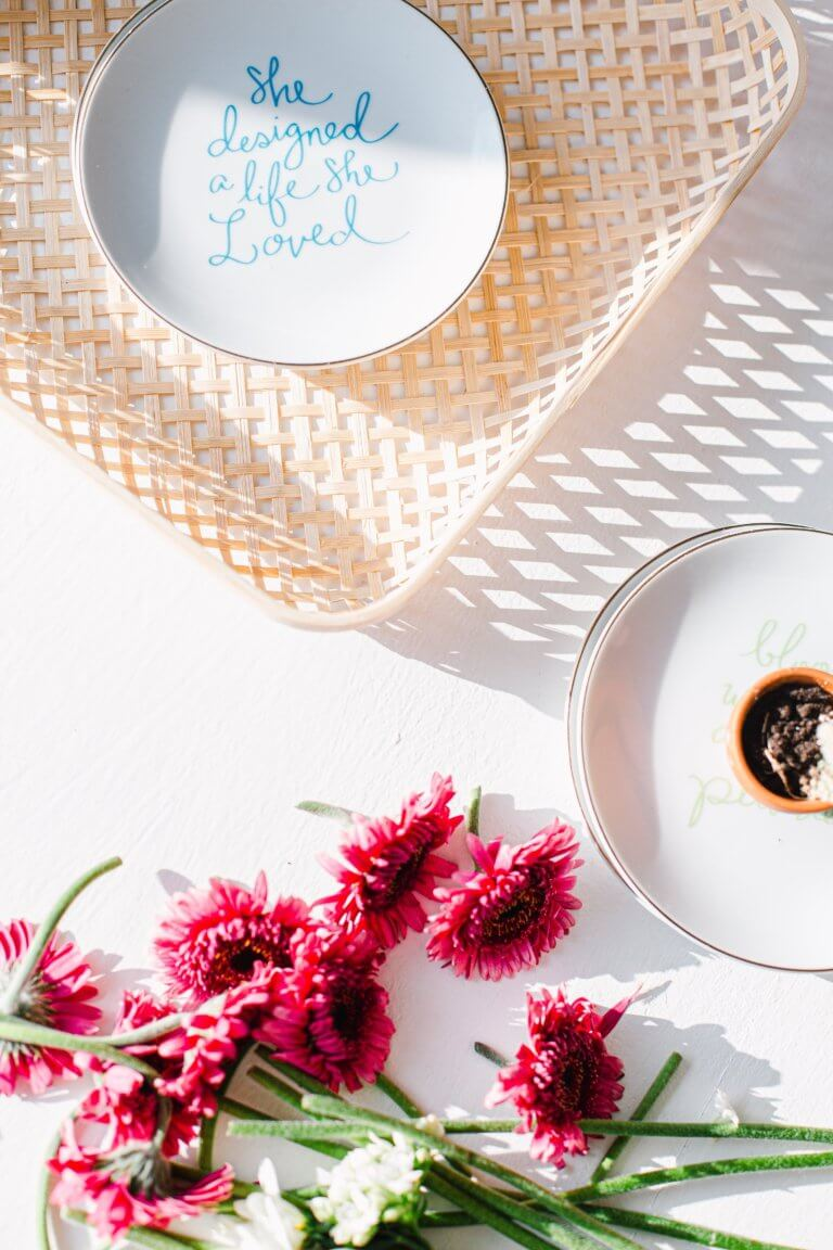 "flatlay of a wicker basket next to pink flowers Instagram當中有著很多主題的風格照片攝影,如:家庭日常的食物攝影,穿搭日常...等, 那麼今天來聊聊貼近自己私生活的寫真吧! 首先,考慮私下拍東西的時候,""是否有喜歡東西"",有愛好或者想把它變成愛好的事物""。 以這樣的基礎是相當重要的,如果沒有喜愛的成分,拍攝個人生活的延伸會有點令人生畏。 仔細思考一下生活中的自己喜歡怎麼的生活方式,及室內的裝飾及佈置, 想想自己喜歡的生活方式。 拍攝方式: 1.保持房間整潔是最首要的,創造一個讓自己想拍照的環境 2.自己製作出2.3個最喜歡的內部區域 3.製作可用於拍攝當中的配件及物品,襯托效果"