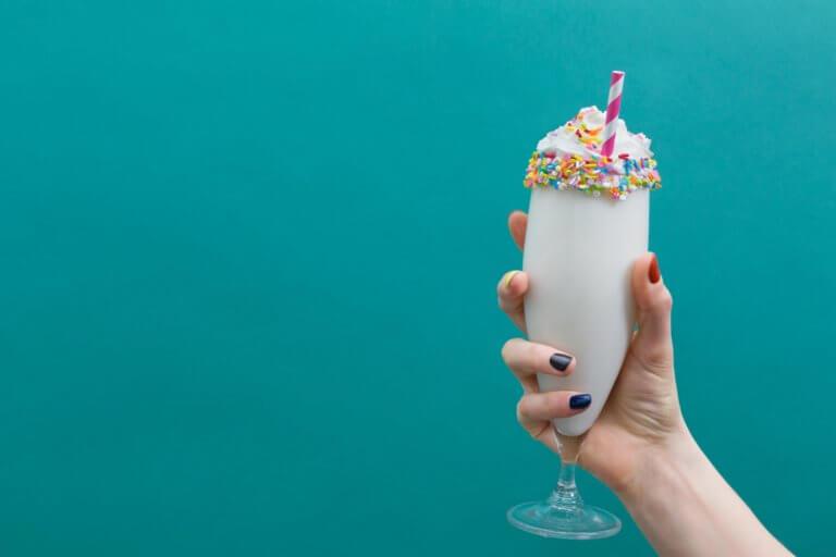 hand holding vanilla milkshake 對比跟對稱攝影一樣,在我們的生活中無處不在, 如:令人垂涎的餐點攝影、還是自然界的美麗花草、新鮮蔬果甚至動物身上的纹路...等, 而透過強烈的對比拍攝,不管是在Instagram圖片還是Youtube影片都更容易給人留下深刻的印象。 在本文中,將研究色調對比和色彩對比之間的區別, 另外還分析曝光在高對比度圖像中的作用, 最終,了解可用於創建自己的獨特,高對比度照片的技術。