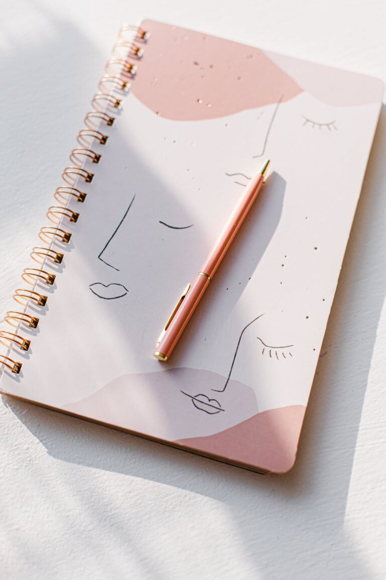 "pink notebook and pink pen Instagram當中有著很多主題的風格照片攝影,如:家庭日常的食物攝影,穿搭日常...等, 那麼今天來聊聊貼近自己私生活的寫真吧! 首先,考慮私下拍東西的時候,""是否有喜歡東西"",有愛好或者想把它變成愛好的事物""。 以這樣的基礎是相當重要的,如果沒有喜愛的成分,拍攝個人生活的延伸會有點令人生畏。 仔細思考一下生活中的自己喜歡怎麼的生活方式,及室內的裝飾及佈置, 想想自己喜歡的生活方式。 拍攝方式: 1.保持房間整潔是最首要的,創造一個讓自己想拍照的環境 2.自己製作出2.3個最喜歡的內部區域 3.製作可用於拍攝當中的配件及物品,襯托效果"