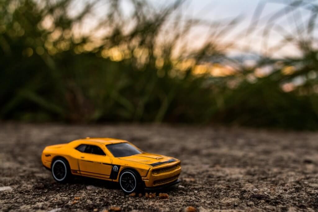toy sports car with tall grass 視頻及電影是由序列組成的,序列由場景組成的,場景由鏡頭組成的, 景深是一個頻譜,它提供了許多不同類型的相機焦點。 在拍攝微電影廣告或是照片這項技巧更是不可缺少。 景深是也是焦距問題, 因此優秀的攝影師明白,景深就是光譜,學習可以微調, 如果想成為一位出色的攝影師, 不論是想拍照片還是拍影片,了解攝影工具及功能是非常重要的。 景深是提升攝影作品的一項重要技巧,當學會活用景深後, 除了能大幅提升自己的攝影技巧外,還可以增加充滿藝術感的創造力, 能知道如何產生清晰的圖像,以及何時將物體對準焦點, 若也想精進自己廣告拍攝或是活動拍攝,景深是必要學習的拍攝技巧。