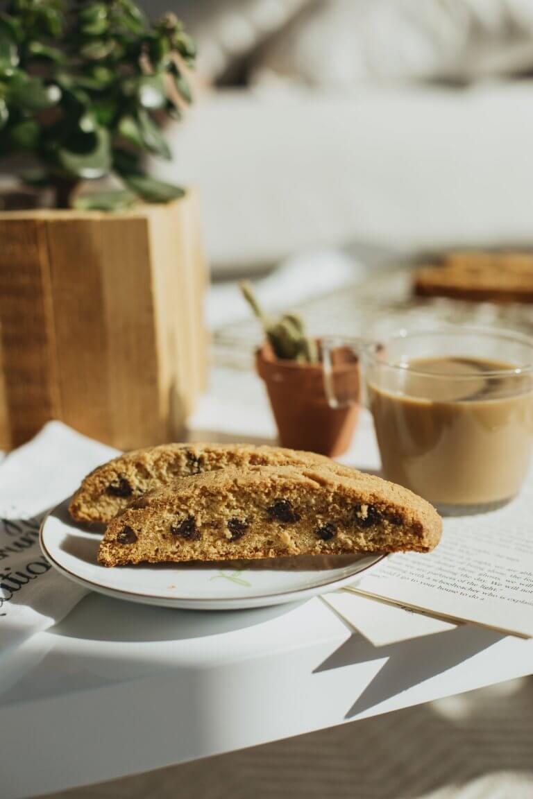 """two pieces of biscotti next to a cup of coffee Instagram當中有著很多主題的風格照片攝影,如:家庭日常的食物攝影,穿搭日常...等, 那麼今天來聊聊貼近自己私生活的寫真吧! 首先,考慮私下拍東西的時候,""""是否有喜歡東西"""",有愛好或者想把它變成愛好的事物""""。 以這樣的基礎是相當重要的,如果沒有喜愛的成分,拍攝個人生活的延伸會有點令人生畏。 仔細思考一下生活中的自己喜歡怎麼的生活方式,及室內的裝飾及佈置, 想想自己喜歡的生活方式。 拍攝方式: 1.保持房間整潔是最首要的,創造一個讓自己想拍照的環境 2.自己製作出2.3個最喜歡的內部區域 3.製作可用於拍攝當中的配件及物品,襯托效果"""