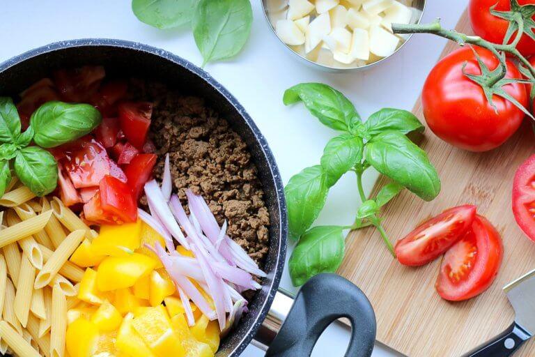 vegan pasta with veggie ground round and fresh veg 對比跟對稱攝影一樣,在我們的生活中無處不在, 如:令人垂涎的餐點攝影、還是自然界的美麗花草、新鮮蔬果甚至動物身上的纹路...等, 而透過強烈的對比拍攝,不管是在Instagram圖片還是Youtube影片都更容易給人留下深刻的印象。 在本文中,將研究色調對比和色彩對比之間的區別, 另外還分析曝光在高對比度圖像中的作用, 最終,了解可用於創建自己的獨特,高對比度照片的技術。