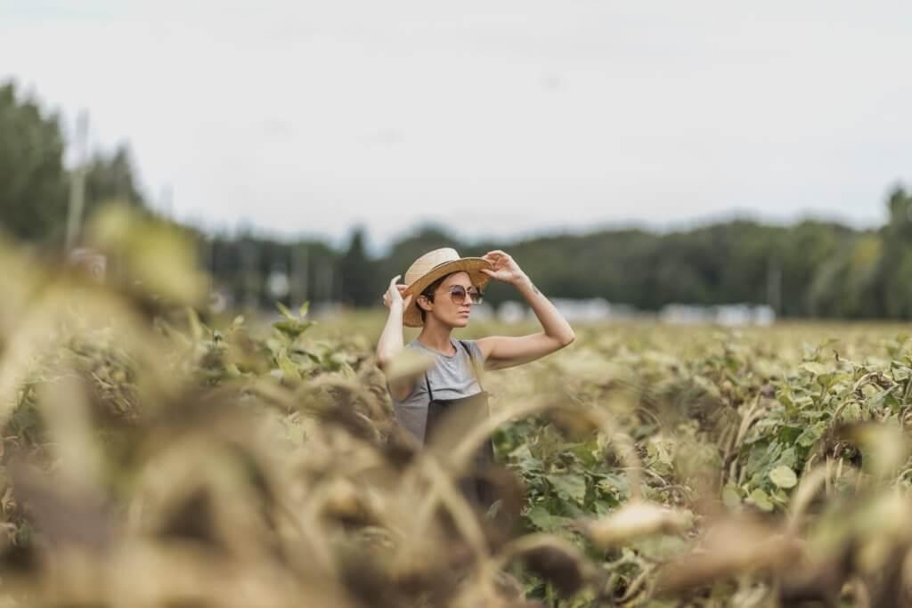 woman holding hat while standing in dried sunflower field 視頻及電影是由序列組成的,序列由場景組成的,場景由鏡頭組成的, 景深是一個頻譜,它提供了許多不同類型的相機焦點。 在拍攝微電影廣告或是照片這項技巧更是不可缺少。 景深是也是焦距問題, 因此優秀的攝影師明白,景深就是光譜,學習可以微調, 如果想成為一位出色的攝影師, 不論是想拍照片還是拍影片,了解攝影工具及功能是非常重要的。 景深是提升攝影作品的一項重要技巧,當學會活用景深後, 除了能大幅提升自己的攝影技巧外,還可以增加充滿藝術感的創造力, 能知道如何產生清晰的圖像,以及何時將物體對準焦點, 若也想精進自己廣告拍攝或是活動拍攝,景深是必要學習的拍攝技巧。
