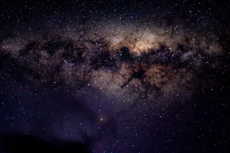 a view of the stars on night sky 很多藝術家、攝影師或其他人在創作的過程中,都會遇到必須尋找靈感的點。 不論今天想廣告拍攝、或是美食拍照,又或是簡單的生活攝影...等, 都是需要一些創意才更能引起共鳴與觀看。 本文編制了一份攝影創意清單,這裡將介紹一些可能會激發對攝影眼光的創意和技術策略, 跟著本文攝影創意列表,看是否也能從中獲得屬於自己的拍攝靈感。