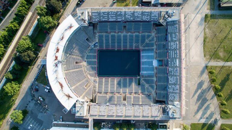 aerial of stadium arena 很多藝術家、攝影師或其他人在創作的過程中,都會遇到必須尋找靈感的點。 不論今天想廣告拍攝、或是美食拍照,又或是簡單的生活攝影...等, 都是需要一些創意才更能引起共鳴與觀看。 本文編制了一份攝影創意清單,這裡將介紹一些可能會激發對攝影眼光的創意和技術策略, 跟著本文攝影創意列表,看是否也能從中獲得屬於自己的拍攝靈感。