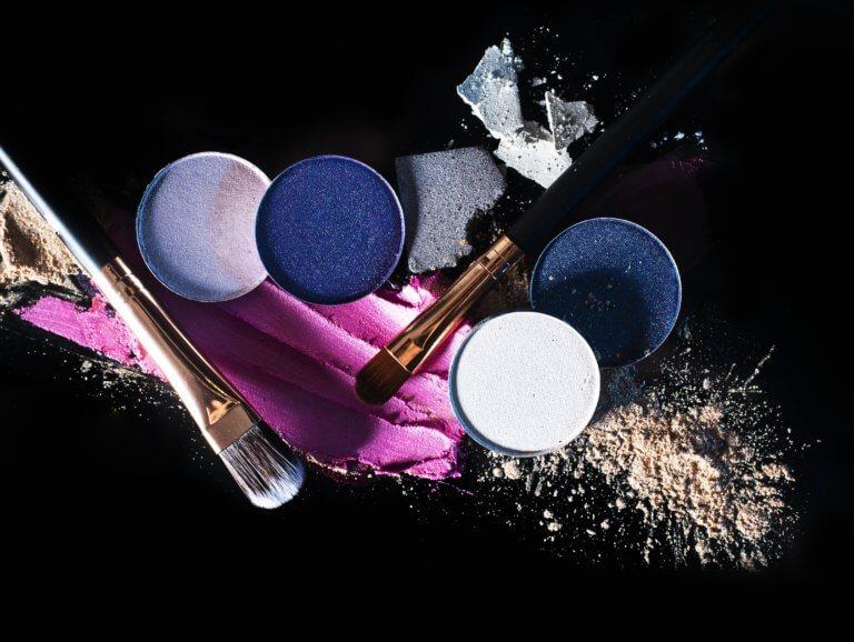 beauty products and makeup on black background 什麼是商業攝影? 商業攝影是用於銷售或推廣產品或服務,或以其他方式支持企業或組織賺更多錢的攝影, 可以指產品攝影、生活方式攝影甚至時尚攝影,具體取決於客戶和產品或正在出售的服務。 作為攝影師工作的最佳部分之一就是根據自己的技能、興趣和個性,可以嘗試許多不同的領域。 例如:熱愛自然的內向者可能更喜歡風景和自然攝影,而熱愛人群的外向者可能更喜歡婚紗攝影或活動攝影。 可以選擇追求的一種流行且通常報酬豐厚的攝影類型是商業攝影。