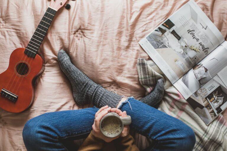 cozy reading in bed 很多藝術家、攝影師或其他人在創作的過程中,都會遇到必須尋找靈感的點。 不論今天想廣告拍攝、或是美食拍照,又或是簡單的生活攝影...等, 都是需要一些創意才更能引起共鳴與觀看。 本文編制了一份攝影創意清單,這裡將介紹一些可能會激發對攝影眼光的創意和技術策略, 跟著本文攝影創意列表,看是否也能從中獲得屬於自己的拍攝靈感。