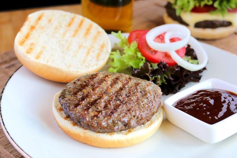 flame broiled hamburger with garnishes 是否看過不少美食照,總如此讓人垂涎,而自己在拍攝時總少了些可口的感覺, 而現在不僅有智慧型手機可以隨手拍照,也能搭載許多拍攝美食的app, 其實這些美食拍攝道具已經沒有那麼煩雜,甚至可以直接上傳到自己的社交媒體與大家分享。 但把光線及構圖技巧應用在美食照上,絕對會使那美食照片更加可口! 繼明白如何拍攝美食後,本文也補充美食寫真的信息提供參考。