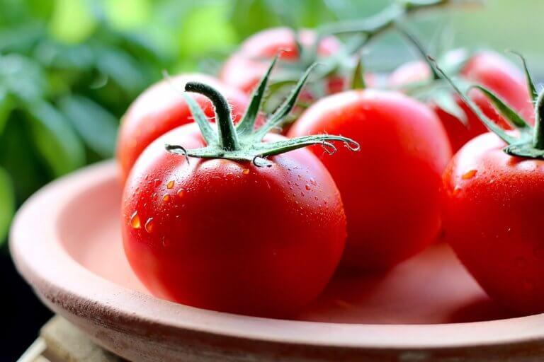 fresh tomatoes with drops of water 是否看過不少美食照,總如此讓人垂涎,而自己在拍攝時總少了些可口的感覺, 而現在不僅有智慧型手機可以隨手拍照,也能搭載許多拍攝美食的app, 其實這些美食拍攝道具已經沒有那麼煩雜,甚至可以直接上傳到自己的社交媒體與大家分享。 但把光線及構圖技巧應用在美食照上,絕對會使那美食照片更加可口! 繼明白如何拍攝美食後,本文也補充美食寫真的信息提供參考。