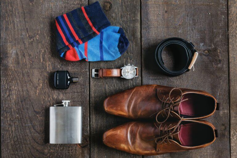 gentlemans fashion flatlay 什麼是商業攝影? 商業攝影是用於銷售或推廣產品或服務,或以其他方式支持企業或組織賺更多錢的攝影, 可以指產品攝影、生活方式攝影甚至時尚攝影,具體取決於客戶和產品或正在出售的服務。 作為攝影師工作的最佳部分之一就是根據自己的技能、興趣和個性,可以嘗試許多不同的領域。 例如:熱愛自然的內向者可能更喜歡風景和自然攝影,而熱愛人群的外向者可能更喜歡婚紗攝影或活動攝影。 可以選擇追求的一種流行且通常報酬豐厚的攝影類型是商業攝影。