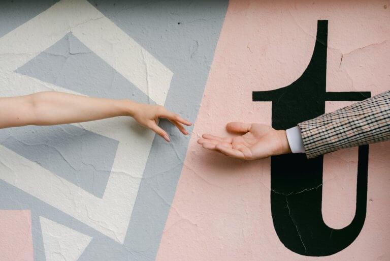 hands reach for each other against a painted wall 什麼是商業攝影? 商業攝影是用於銷售或推廣產品或服務,或以其他方式支持企業或組織賺更多錢的攝影, 可以指產品攝影、生活方式攝影甚至時尚攝影,具體取決於客戶和產品或正在出售的服務。 作為攝影師工作的最佳部分之一就是根據自己的技能、興趣和個性,可以嘗試許多不同的領域。 例如:熱愛自然的內向者可能更喜歡風景和自然攝影,而熱愛人群的外向者可能更喜歡婚紗攝影或活動攝影。 可以選擇追求的一種流行且通常報酬豐厚的攝影類型是商業攝影。