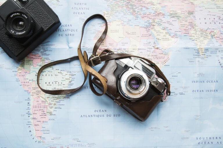 have cameras will travel 什麼是商業攝影? 商業攝影是用於銷售或推廣產品或服務,或以其他方式支持企業或組織賺更多錢的攝影, 可以指產品攝影、生活方式攝影甚至時尚攝影,具體取決於客戶和產品或正在出售的服務。 作為攝影師工作的最佳部分之一就是根據自己的技能、興趣和個性,可以嘗試許多不同的領域。 例如:熱愛自然的內向者可能更喜歡風景和自然攝影,而熱愛人群的外向者可能更喜歡婚紗攝影或活動攝影。 可以選擇追求的一種流行且通常報酬豐厚的攝影類型是商業攝影。