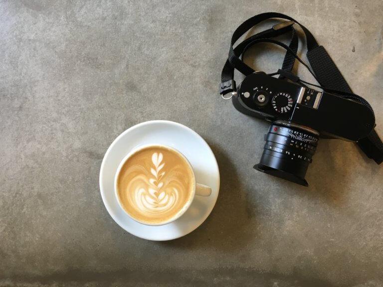 lenses lattes 什麼是商業攝影? 商業攝影是用於銷售或推廣產品或服務,或以其他方式支持企業或組織賺更多錢的攝影, 可以指產品攝影、生活方式攝影甚至時尚攝影,具體取決於客戶和產品或正在出售的服務。 作為攝影師工作的最佳部分之一就是根據自己的技能、興趣和個性,可以嘗試許多不同的領域。 例如:熱愛自然的內向者可能更喜歡風景和自然攝影,而熱愛人群的外向者可能更喜歡婚紗攝影或活動攝影。 可以選擇追求的一種流行且通常報酬豐厚的攝影類型是商業攝影。
