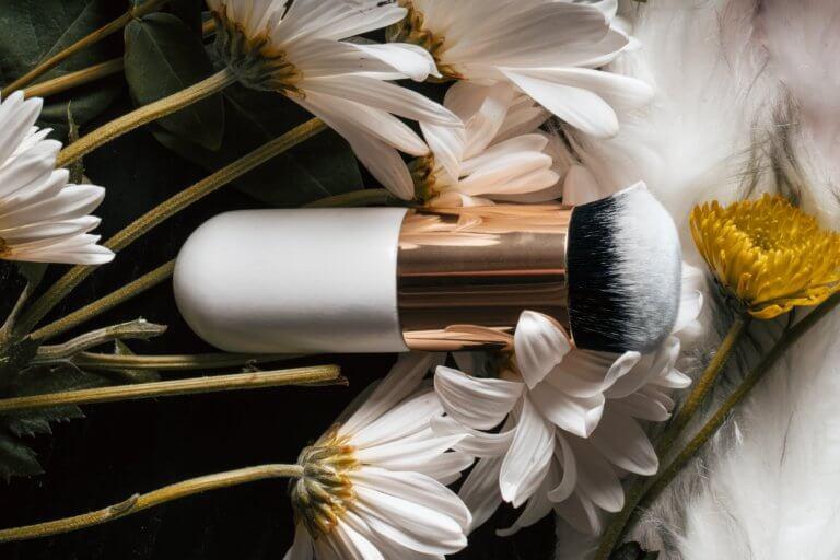makeup brush in flowers 什麼是商業攝影? 商業攝影是用於銷售或推廣產品或服務,或以其他方式支持企業或組織賺更多錢的攝影, 可以指產品攝影、生活方式攝影甚至時尚攝影,具體取決於客戶和產品或正在出售的服務。 作為攝影師工作的最佳部分之一就是根據自己的技能、興趣和個性,可以嘗試許多不同的領域。 例如:熱愛自然的內向者可能更喜歡風景和自然攝影,而熱愛人群的外向者可能更喜歡婚紗攝影或活動攝影。 可以選擇追求的一種流行且通常報酬豐厚的攝影類型是商業攝影。