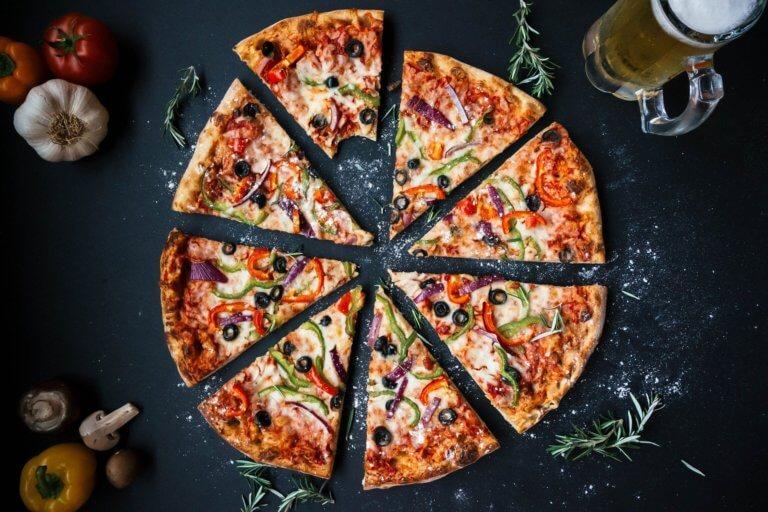 pizza 3007395 1920 是否看過不少美食照,總如此讓人垂涎,而自己在拍攝時總少了些可口的感覺, 而現在不僅有智慧型手機可以隨手拍照,也能搭載許多拍攝美食的app, 其實這些美食拍攝道具已經沒有那麼煩雜,甚至可以直接上傳到自己的社交媒體與大家分享。 但把光線及構圖技巧應用在美食照上,絕對會使那美食照片更加可口! 繼明白如何拍攝美食後,本文也補充美食寫真的信息提供參考。