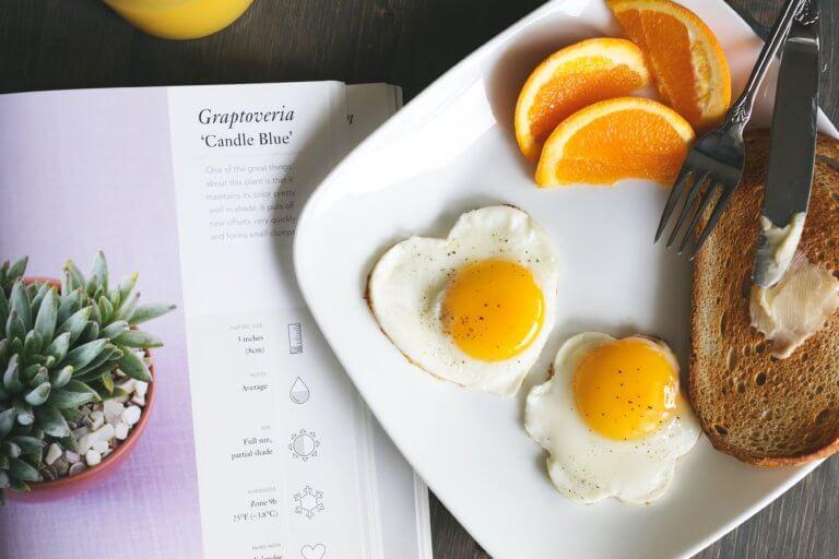 toast eggs for breakfast 是否看過不少美食照,總如此讓人垂涎,而自己在拍攝時總少了些可口的感覺, 而現在不僅有智慧型手機可以隨手拍照,也能搭載許多拍攝美食的app, 其實這些美食拍攝道具已經沒有那麼煩雜,甚至可以直接上傳到自己的社交媒體與大家分享。 但把光線及構圖技巧應用在美食照上,絕對會使那美食照片更加可口! 繼明白如何拍攝美食後,本文也補充美食寫真的信息提供參考。