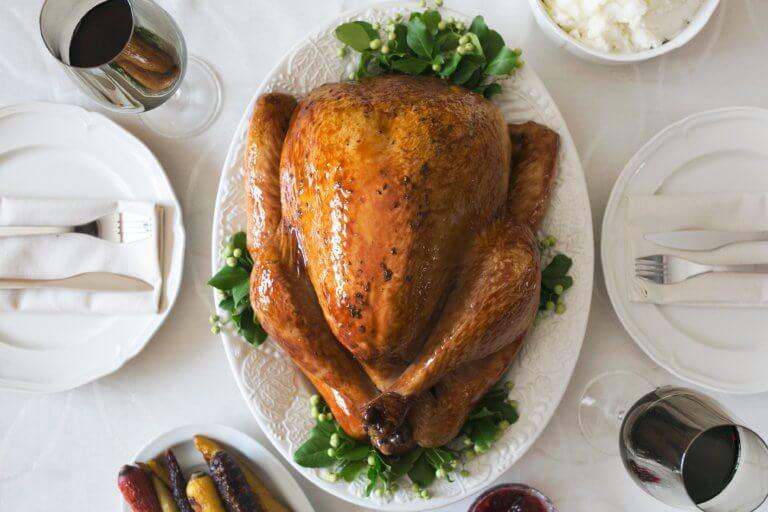 turkey dinner setting 是否看過不少美食照,總如此讓人垂涎,而自己在拍攝時總少了些可口的感覺, 而現在不僅有智慧型手機可以隨手拍照,也能搭載許多拍攝美食的app, 其實這些美食拍攝道具已經沒有那麼煩雜,甚至可以直接上傳到自己的社交媒體與大家分享。 但把光線及構圖技巧應用在美食照上,絕對會使那美食照片更加可口! 繼明白如何拍攝美食後,本文也補充美食寫真的信息提供參考。