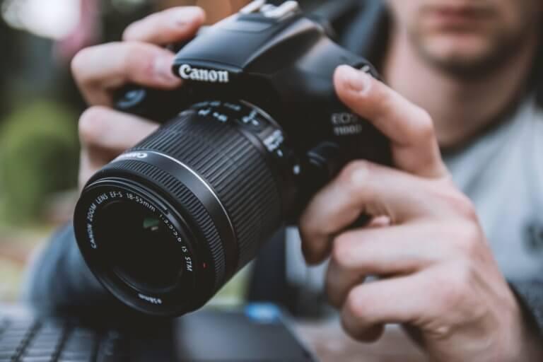 work 1940690 1920 什麼是商業攝影? 商業攝影是用於銷售或推廣產品或服務,或以其他方式支持企業或組織賺更多錢的攝影, 可以指產品攝影、生活方式攝影甚至時尚攝影,具體取決於客戶和產品或正在出售的服務。 作為攝影師工作的最佳部分之一就是根據自己的技能、興趣和個性,可以嘗試許多不同的領域。 例如:熱愛自然的內向者可能更喜歡風景和自然攝影,而熱愛人群的外向者可能更喜歡婚紗攝影或活動攝影。 可以選擇追求的一種流行且通常報酬豐厚的攝影類型是商業攝影。