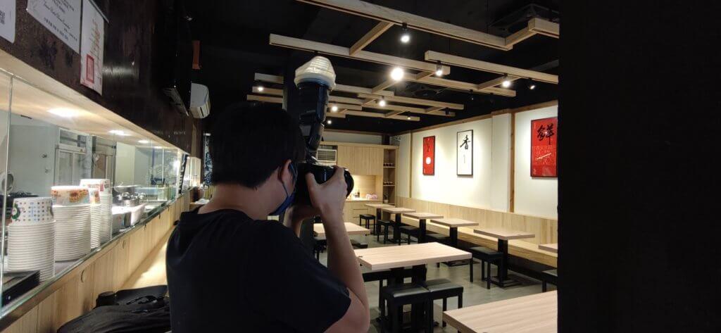 IMG 20210711 131147 當人們想尋找餐廳美食或餐點時,勾起食慾的關鍵肯定是先從菜單上的照片開始下手。 而根據研究,餐廳的菜單拍攝效果好,是能提高30%的銷售額, 因此,開餐廳前尋找專業的美食攝影,是極大重要。 那麼在這專業美食攝影團隊當中,會透過哪些流程? 本文將透過分享流程給大家了解一下! 關於美食攝影報價,由於每一家餐廳的餐點多寡都不一定, 若想要控制預算,更要擬好一份拍攝清單,攝影團隊能更了解客戶想要的拍攝方向。 客戶可以先提出主打餐點、招牌套餐組合來做拍攝,不僅能節省時間也能控制預算。 美食攝影師會給予建議餐點清單來做拍攝安排。 例如:餐點獨照拍攝數量跟組合套餐數量及拍攝的時間長度 建議拍攝前也可與攝團隊溝通拍攝餐點以及方向,最好是提供範例給對方參考。