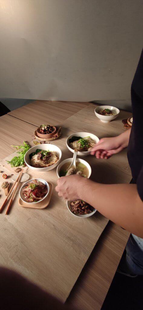 IMG 20210711 165305 當人們想尋找餐廳美食或餐點時,勾起食慾的關鍵肯定是先從菜單上的照片開始下手。 而根據研究,餐廳的菜單拍攝效果好,是能提高30%的銷售額, 因此,開餐廳前尋找專業的美食攝影,是極大重要。 那麼在這專業美食攝影團隊當中,會透過哪些流程? 本文將透過分享流程給大家了解一下! 關於美食攝影報價,由於每一家餐廳的餐點多寡都不一定, 若想要控制預算,更要擬好一份拍攝清單,攝影團隊能更了解客戶想要的拍攝方向。 客戶可以先提出主打餐點、招牌套餐組合來做拍攝,不僅能節省時間也能控制預算。 美食攝影師會給予建議餐點清單來做拍攝安排。 例如:餐點獨照拍攝數量跟組合套餐數量及拍攝的時間長度 建議拍攝前也可與攝團隊溝通拍攝餐點以及方向,最好是提供範例給對方參考。