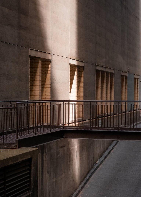 "beam of late afternoon sunlight on the side of a building 拍攝快照,有著""取景器中反映內容之間的關係"" 而攝影取景時,總免不了會去隨拍,但拍攝這些零碎畫面,其實也能有故事跟質感, 即便是隨拍在Instagram也能夠成為人氣王呢! 懂得看圖的人不僅會意識到顯眼的部分,還會意識到它與背景之間的關係,這更是所有活動攝影及錄影的基本! 而將日常拍攝出質感,並不侷限在室內造景,隨處可有,在這邊將透過7個觀點來傳述隨拍技巧。"