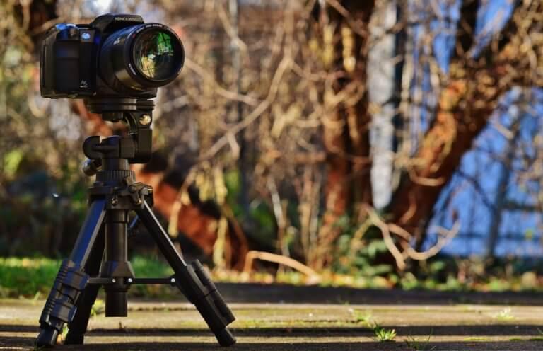 camera 1125874 1920 延時攝影又稱縮時攝影是一種電影攝影技術,其中攝影師將在一段時間內以固定間隔拍攝同一幀的一系列靜止圖像, 然後快速播放整個序列。例如:一朵花隨著時間的推移而生長的單張照片變成了一段視頻,展示了它是如何從幼苗到盛開的。 延時攝影的目的是創造一種高速運動的錯覺「操縱時間」, 使主體看起來好像在快速移動。 延時攝影最常用於捕捉人眼觀看通常不會很明顯或有趣的緩慢過程 (例如:日出和日落、夜間星星的運動或植物)。 但是,延時攝影也可用於捕捉快速運動並使其看起來更快(例如:瀑布、擁擠的城市人行道或繁忙的高速公路)。