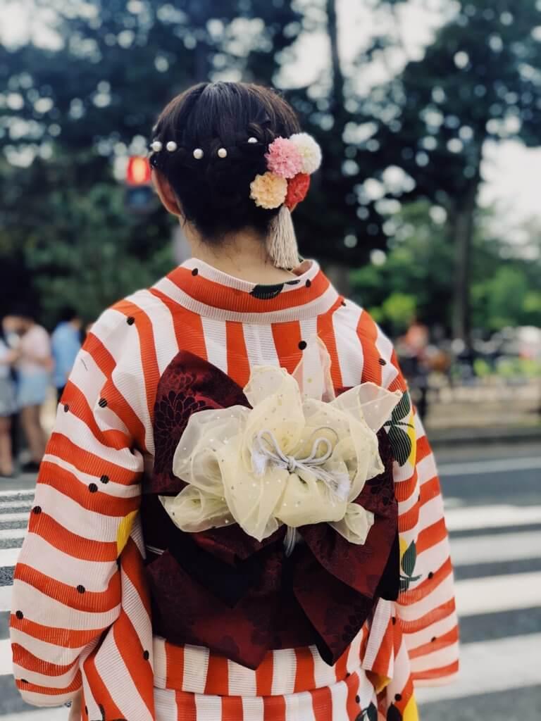 "geisha crosses the road 拍攝快照,有著""取景器中反映內容之間的關係"" 而攝影取景時,總免不了會去隨拍,但拍攝這些零碎畫面,其實也能有故事跟質感, 即便是隨拍在Instagram也能夠成為人氣王呢! 懂得看圖的人不僅會意識到顯眼的部分,還會意識到它與背景之間的關係,這更是所有活動攝影及錄影的基本! 而將日常拍攝出質感,並不侷限在室內造景,隨處可有,在這邊將透過7個觀點來傳述隨拍技巧。"