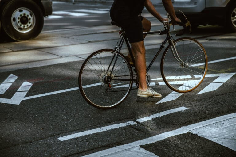 "man riding in city bike lane 拍攝快照,有著""取景器中反映內容之間的關係"" 而攝影取景時,總免不了會去隨拍,但拍攝這些零碎畫面,其實也能有故事跟質感, 即便是隨拍在Instagram也能夠成為人氣王呢! 懂得看圖的人不僅會意識到顯眼的部分,還會意識到它與背景之間的關係,這更是所有活動攝影及錄影的基本! 而將日常拍攝出質感,並不侷限在室內造景,隨處可有,在這邊將透過7個觀點來傳述隨拍技巧。"