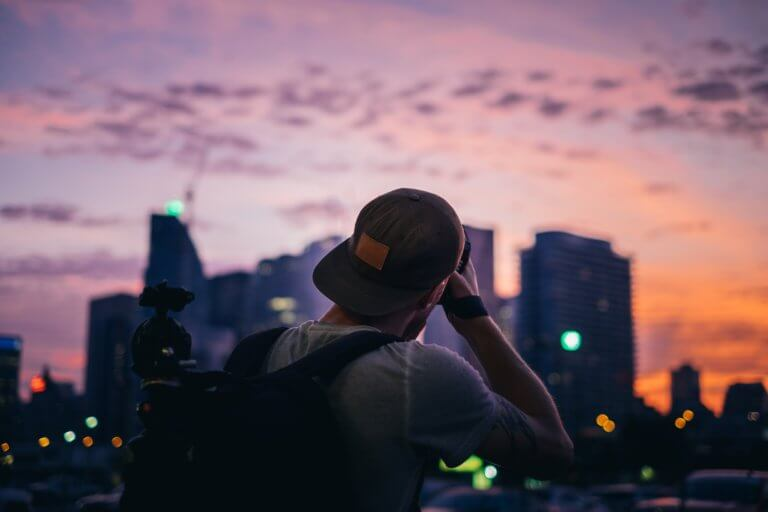 "photographer shooting city sunset 拍攝快照,有著""取景器中反映內容之間的關係"" 而攝影取景時,總免不了會去隨拍,但拍攝這些零碎畫面,其實也能有故事跟質感, 即便是隨拍在Instagram也能夠成為人氣王呢! 懂得看圖的人不僅會意識到顯眼的部分,還會意識到它與背景之間的關係,這更是所有活動攝影及錄影的基本! 而將日常拍攝出質感,並不侷限在室內造景,隨處可有,在這邊將透過7個觀點來傳述隨拍技巧。"