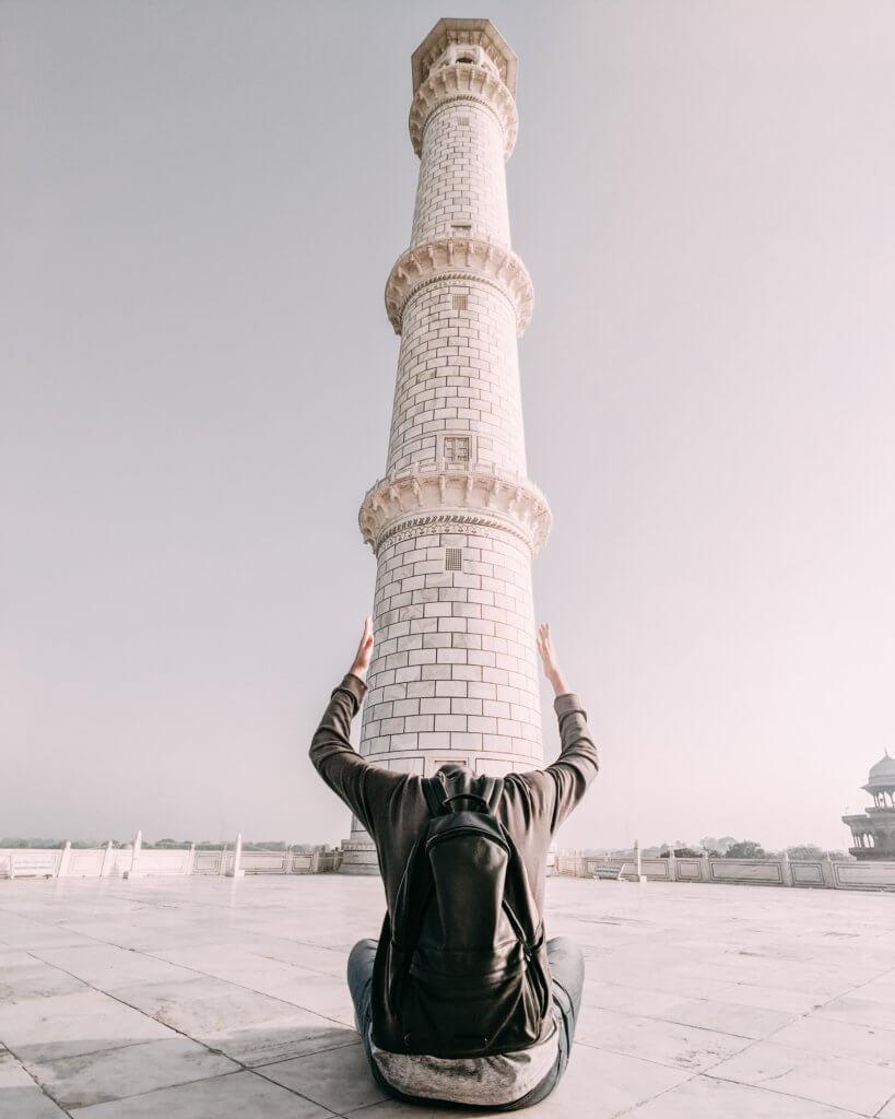 a man frames the base of a tower with his arms 強制透視是種非常趣味的拍攝方式,它可融入於廣告拍攝、微電影及有趣的活動攝影裡,例如電影中人物大小的差異,或是縮小在手上般! 也很常應用在婚紗拍攝當中,因此不管在動態影片或是靜態照片,這充滿創意感又有趣的強制透視多受用。 然而在這創意攝影中,即便你不是專業的攝影師,這些充滿魔術性的技術,自己也能夠拍攝而出的。 那麼如何使用它並創建新的和創新的圖像或鏡頭呢?接下來可利用本文了解一些透視小技巧