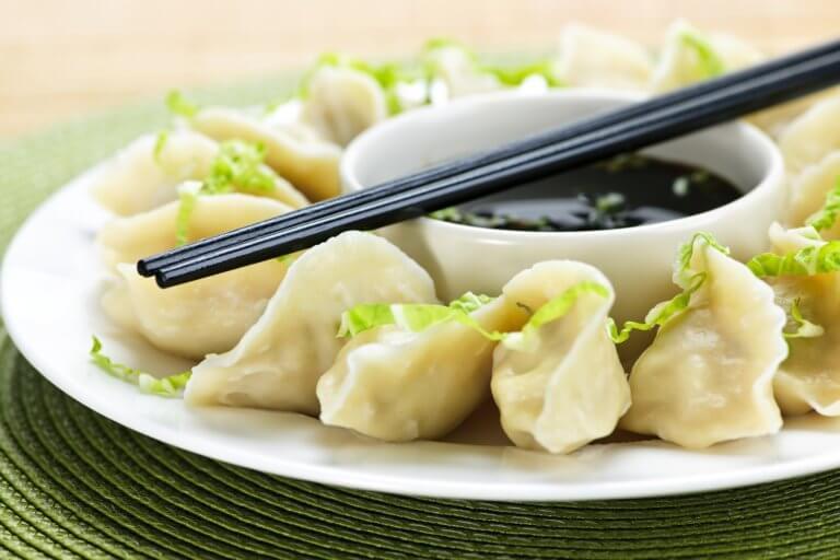 chinese 5233490 1920 1 設置美食攝影價格並不一定令人生畏。 有了這些食物攝影定價技巧,您將創建立即銷售的包裝。 美食攝影是一個有趣和有益的小眾領域,可以涉及各種廣泛的產品項目, 從為一般的新餐廳拍攝圖像到通過令人垂涎的攝影將食譜的網頁帶入生活。 食物照片可以對人們產生非常強大的影響,因為它們利用了我們與食物的深層情感聯繫。 當人們都有過看到一些食物攝影的感覺,這讓我們覺得需要盡快嘗試一道菜。 這就是為什麼餐館和其他企業重視擁有高質量食品圖像的原因它們是對美食業務上是一項值得的投資。 儘管食物攝影是一種重要且有利可圖的產品攝影類型, 但在初級剛接觸該行業時弄清楚要收費的內容可能令人生畏。 如果您是一位有抱負的美食攝影師,並且發現自己對設置定價結構的前景感到有些不知所措,那麼您來對地方了。 雖然對於拍攝食物照片的收費問題沒有一刀切入的答案, 但在本文結束時,您將擁有創建定價模型的工具,您可以將其應用於任何項目你的方式。 很快,您將使用來自高薪演出的圖像填充該投資組合網站模板,您可以為此感到自豪。