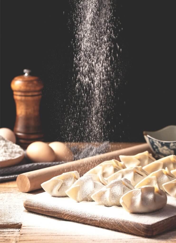 dumplings 4706924 1920 喜歡分享家庭、好咖啡、烹飪和當地生產的高品質食物的人,也許我們可能會稱謂他是個美食家。 但若加上喜歡攝影的話,試著會把所有這些東西放在一起,以一種生活風格來拍攝美食, 這也將能夠將自己熱愛的生活融入在照片中,很自然的變成了一本生活食譜。 當喜歡享受用餐時,會想嘗試到新的餐館或是咖啡廳去嘗試不同的美食。 試著用攝影去創造那氛圍,用自己的生活方式為食物攝影來分享故事。 在自己喜愛的類型中利用所有的愛好和技能的能力真是太棒了。 食物攝影可以成為攝影創造力的絕佳發洩方式,它可以是您自己的烹飪努力和您家人最喜歡的食譜的精美記錄, 當然也是一種有趣的方式來記錄和分享您外出時的用餐體驗。