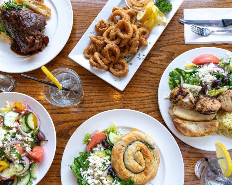 greek dinner in restaurant 喜歡分享家庭、好咖啡、烹飪和當地生產的高品質食物的人,也許我們可能會稱謂他是個美食家。 但若加上喜歡攝影的話,試著會把所有這些東西放在一起,以一種生活風格來拍攝美食, 這也將能夠將自己熱愛的生活融入在照片中,很自然的變成了一本生活食譜。 當喜歡享受用餐時,會想嘗試到新的餐館或是咖啡廳去嘗試不同的美食。 試著用攝影去創造那氛圍,用自己的生活方式為食物攝影來分享故事。 在自己喜愛的類型中利用所有的愛好和技能的能力真是太棒了。 食物攝影可以成為攝影創造力的絕佳發洩方式,它可以是您自己的烹飪努力和您家人最喜歡的食譜的精美記錄, 當然也是一種有趣的方式來記錄和分享您外出時的用餐體驗。