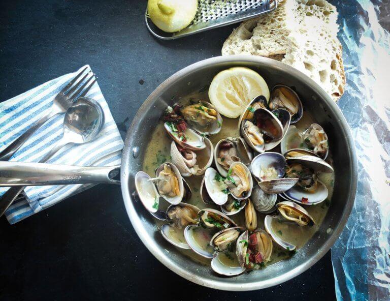 seafood 1081974 1920 喜歡分享家庭、好咖啡、烹飪和當地生產的高品質食物的人,也許我們可能會稱謂他是個美食家。 但若加上喜歡攝影的話,試著會把所有這些東西放在一起,以一種生活風格來拍攝美食, 這也將能夠將自己熱愛的生活融入在照片中,很自然的變成了一本生活食譜。 當喜歡享受用餐時,會想嘗試到新的餐館或是咖啡廳去嘗試不同的美食。 試著用攝影去創造那氛圍,用自己的生活方式為食物攝影來分享故事。 在自己喜愛的類型中利用所有的愛好和技能的能力真是太棒了。 食物攝影可以成為攝影創造力的絕佳發洩方式,它可以是您自己的烹飪努力和您家人最喜歡的食譜的精美記錄, 當然也是一種有趣的方式來記錄和分享您外出時的用餐體驗。